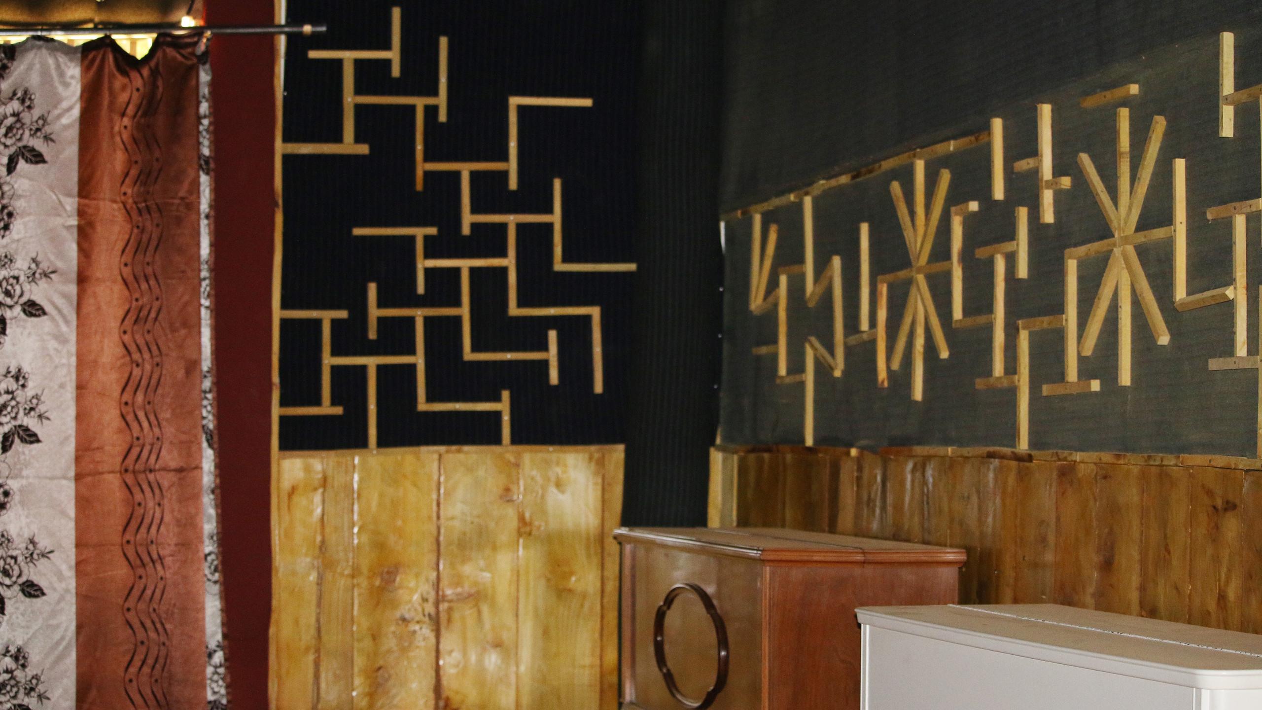 Das Klavierzimmer mit künstlerischen Wanddekorationen