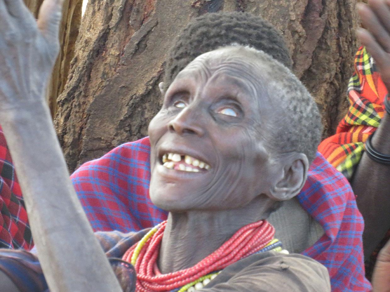 Eine blinde Frau, die Gott preist, weil sie so dankbar ist, dass sie von uns Essen bekommen hat!