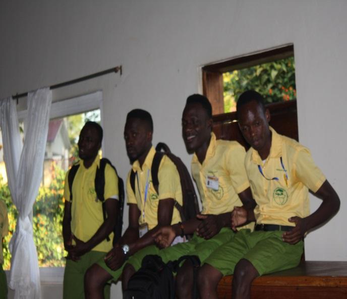 Mitarbeiter als Schüler verkleidet