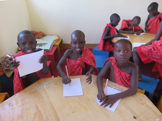 Unsere Kindergarten-Kinder in ihren Karamojong Uniformen