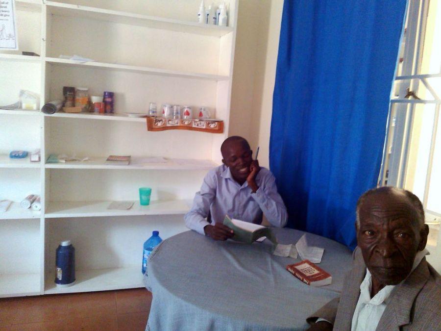 Dr. Timothy mit Patient