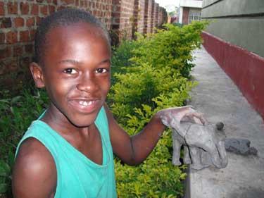 Victor mit einem Elefanten aus Tonerde