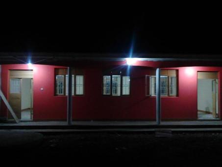 Strom mit Batteriesystem in Karamoja
