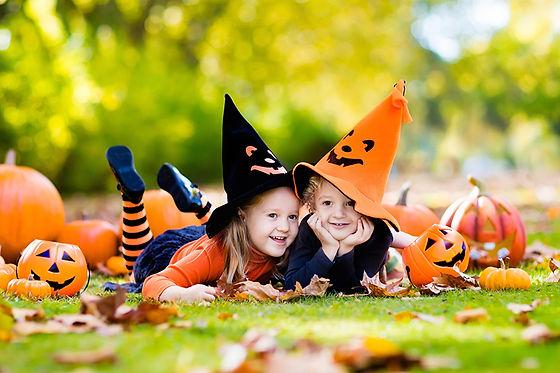 2_kids_with_pumpkins_AdobeStock_17103770