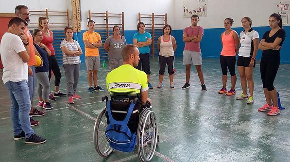 Alumnos del curso en el CEP Las Palmas 2017 escuchando la experiencia personal del nadador y paratriatleta Antonio Muller.