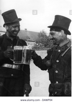 people-professions-chimney-sweep-two-chimney-sweeps-drinking-beer-DAWP04
