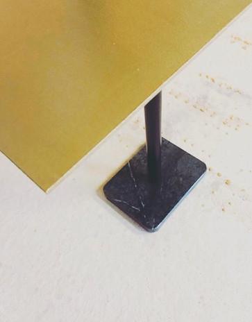 Table en métal et son pied en marbre