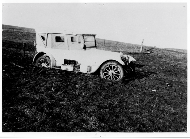 Bogged car in paddock Picture81.png