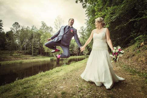 Photo de couple - Saut du marié - ballade chemin - Auteur Gérald Vincent