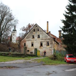 pohled na štít bývalého zámku