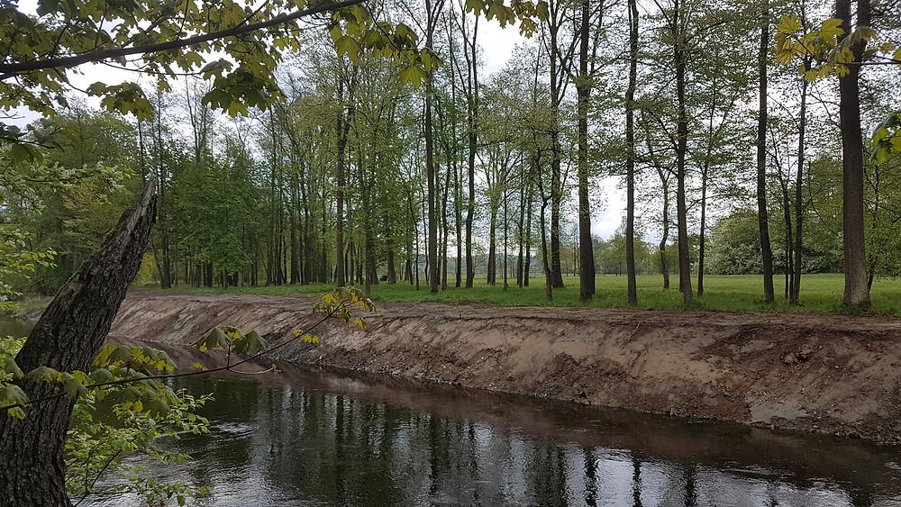Došlo k totální devastaci břehu, hloubky dna, narovnání trasy původního koryta do nepřirozeného umělého kanálu, a změně rychlosti a proudu vody v korytě. Navíc toto vše v době tření ryb!
