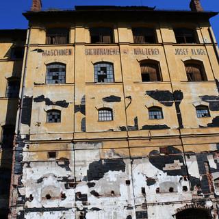 budova je zateplená korkem, který je ve spodní části již značně poškozen