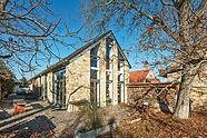 Opravdu těžko byste v této stavbě poznali někdejší nenápadný vesnický domek. Natolik se jej novým majitelům povedlo přetvořit v pohodlné místo k bydlení se všemi dnešními vymoženostmi. Kouzlo místa a zahrada se vzrostlými stromy tu však zůstaly. Zdroj: https://www.idnes.cz/bydleni/rekonstrukce/rekonstrukce-vesnickeho-domku-pan-slavista.A170201_200618_rekonstrukce_rez