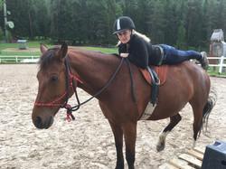 Jeany liegend auf Pferd