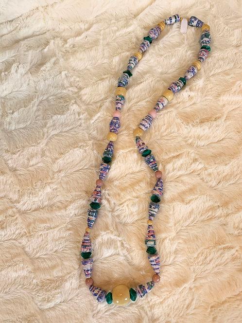 Collier avec des perles en papier recyclé