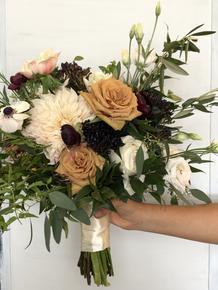 Neutral bridesmaids bouquet with local cafe au lait