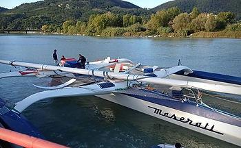 Maserati remonte le fleuve démâté