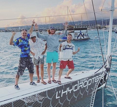De gauche à droite une partie de l'équipe, Gabriel Terrasse, Andrew, Sam et Patrick.