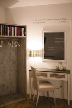 wardrobe_table_mirror