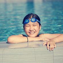Glückliches Mädchen, Schwimmen im Pool