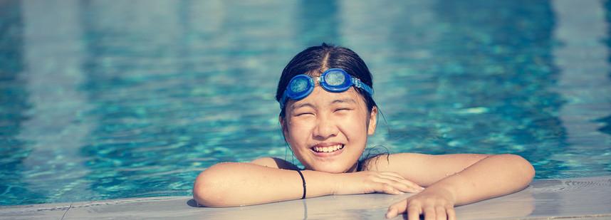 在游泳池快樂女孩游泳
