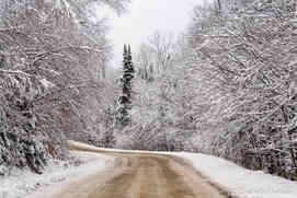 Route qui mène au Chalet le Malard en hiver