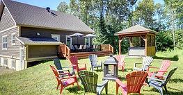 Arrière de la propriété avec trou à feu, 10 chaises Adirondack, salle à dîner extérieure, grand patio, BBQ et SPA