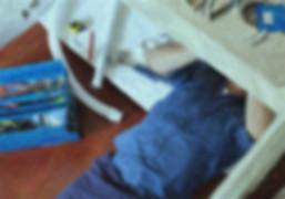 concierge plombier plomberie répare évier comptoir uniforme bleu outils réparation tuyau clé anglaise molette, photo traitée et modifiée effet crayon, source : wix.com
