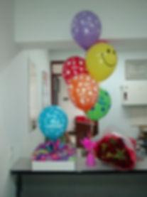 un regalo muy romantico de desayuno flores y globos