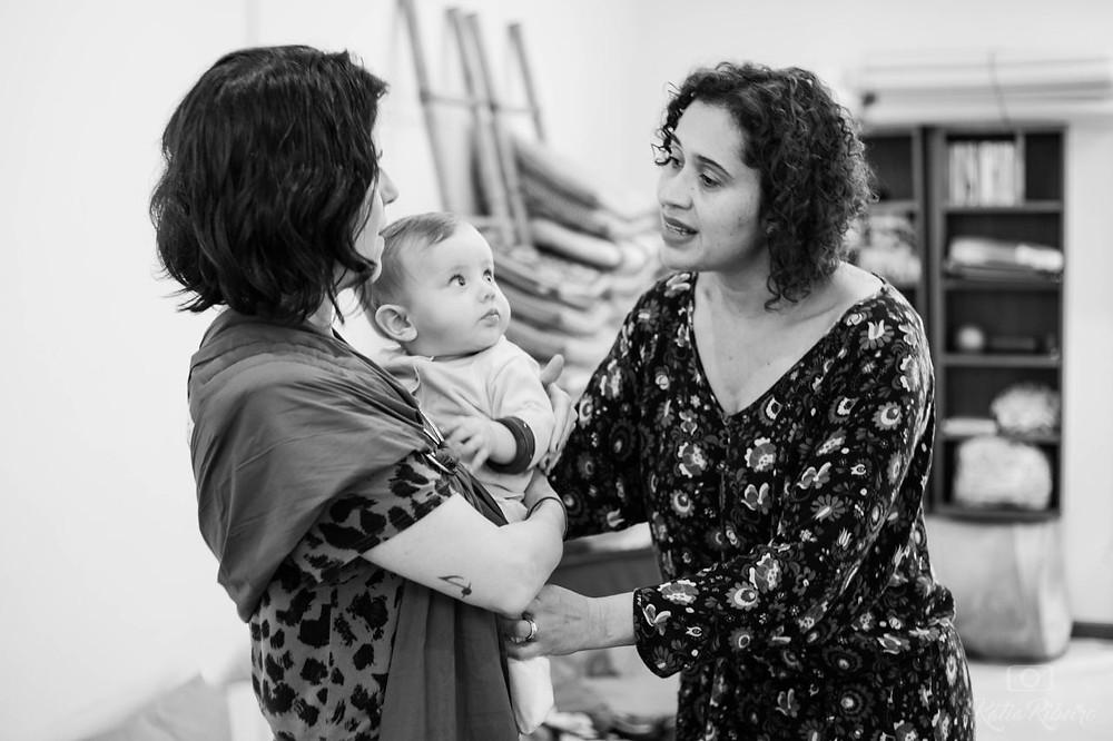 Rosangela Alves ensina mãe a usar o sling