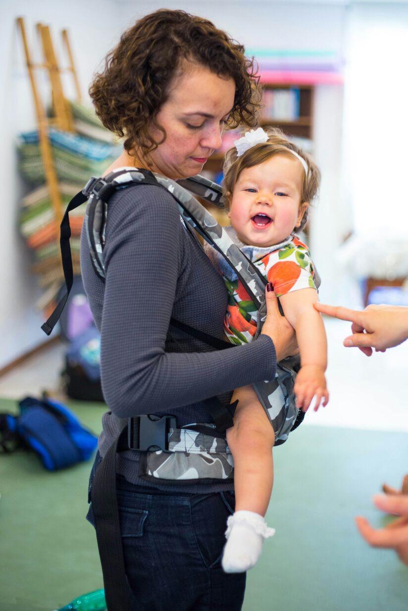 Mãe aprende a usar carregador de bebê (Foto: Kátia Ribeiro)
