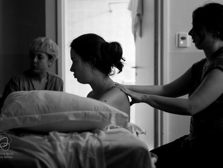 Massagem na gravidez; curso ajuda acompanhante a aprender a técnica
