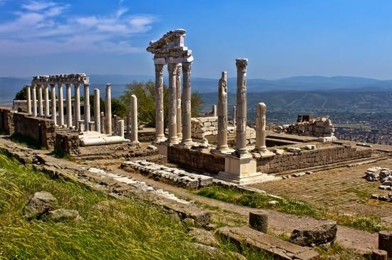 Акрополь древнего Пергама. Руины храма Траяна