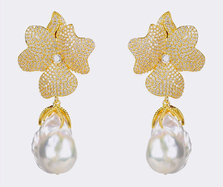 CRYPTOR GLOBAL ™️©️Baroque Pearl White Flower Earring Yellow Gold