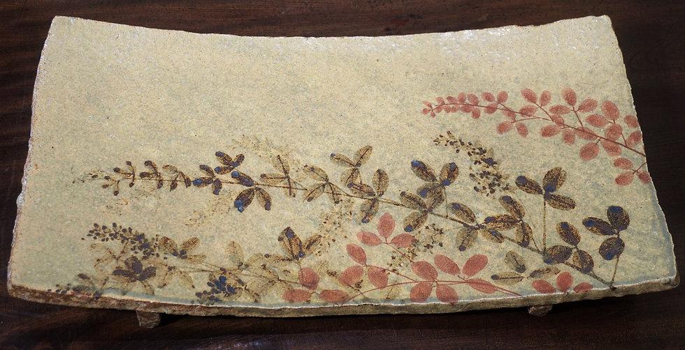 加山又造「鉄赤絵 萩文俎皿」風にたなびく萩