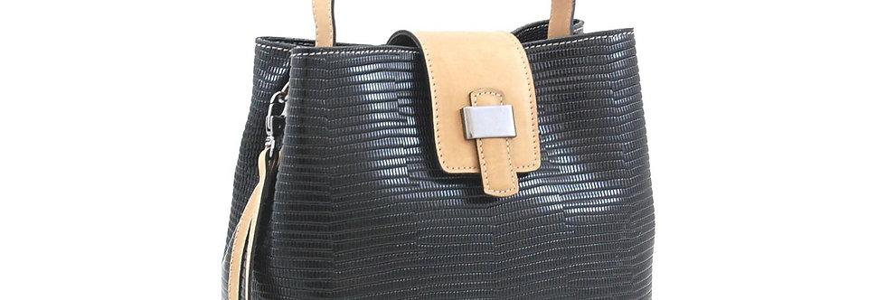 Bolsa em couro com detalhe em metal