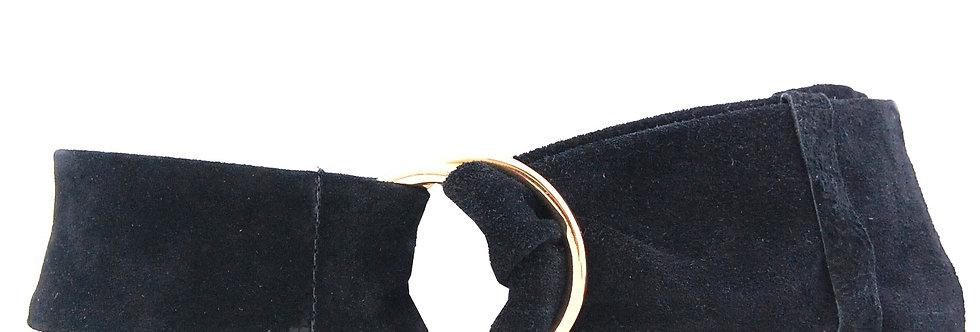 Cinto largo de camurça preta com fivela de argola
