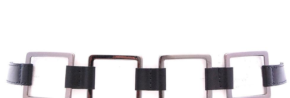 Cinto com detalhe de metal quadrado