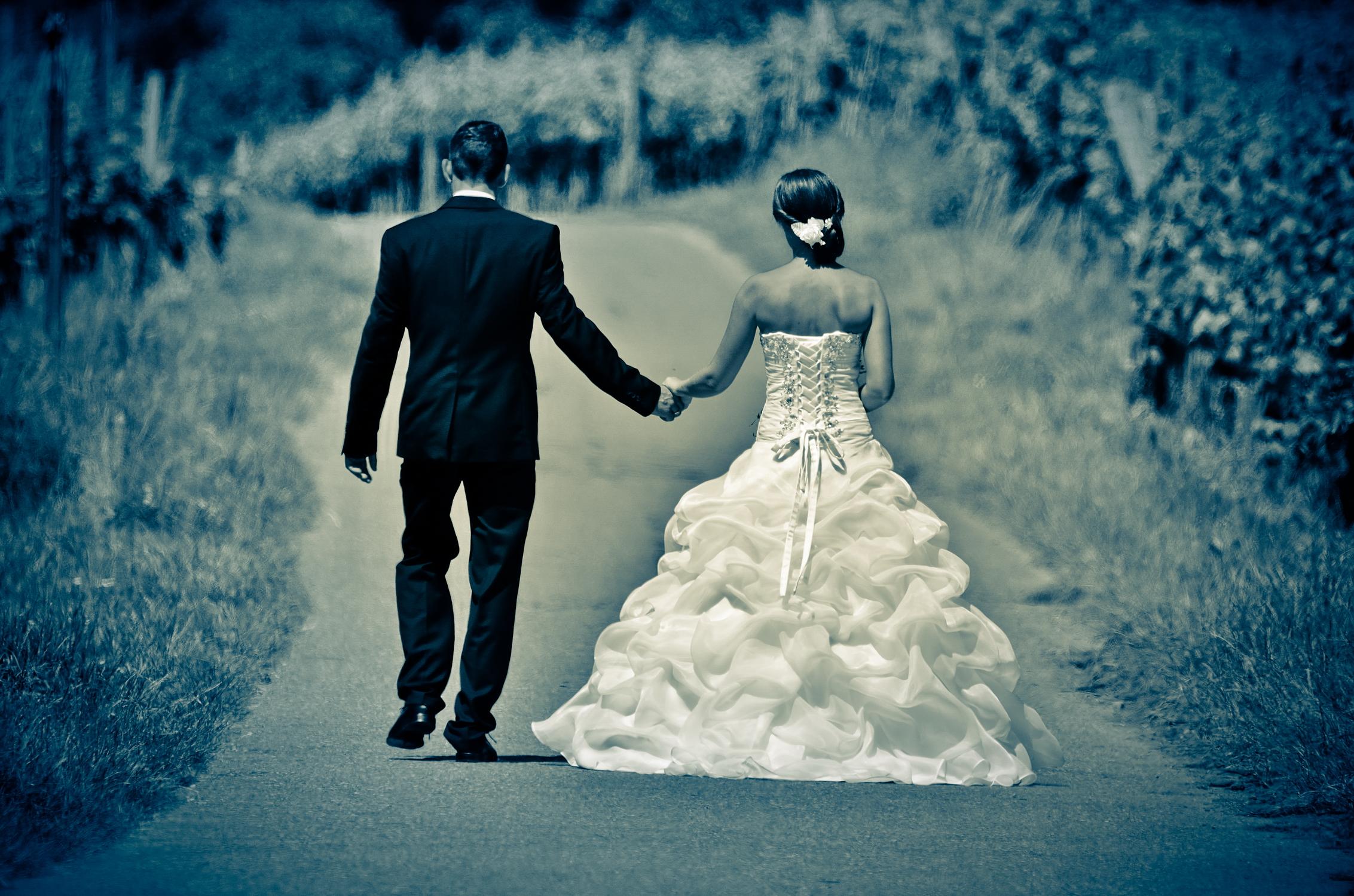 Brautpaar auf dem gemeinsamen Weg