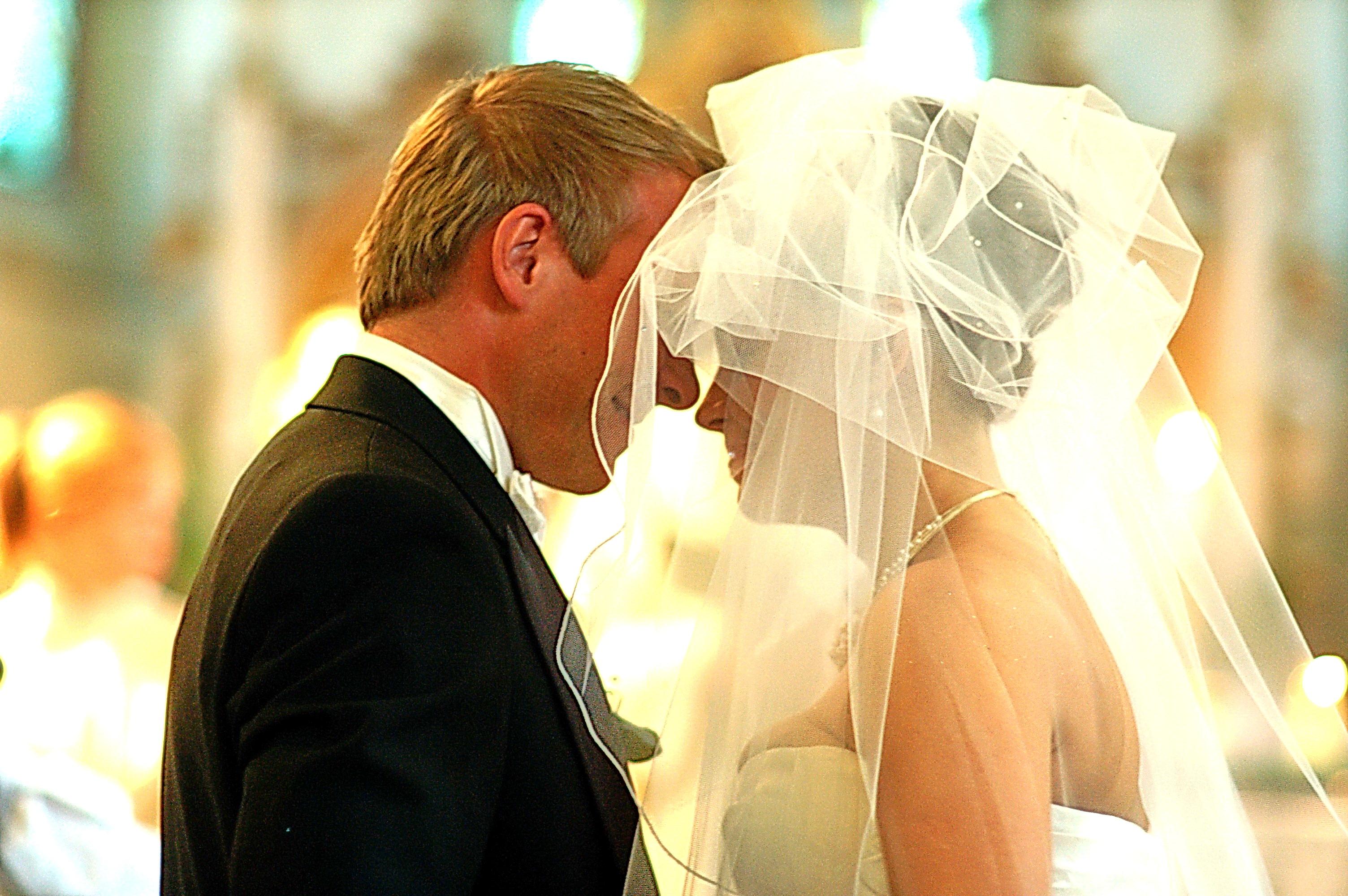 Kuss mit Schleier in der Kirche