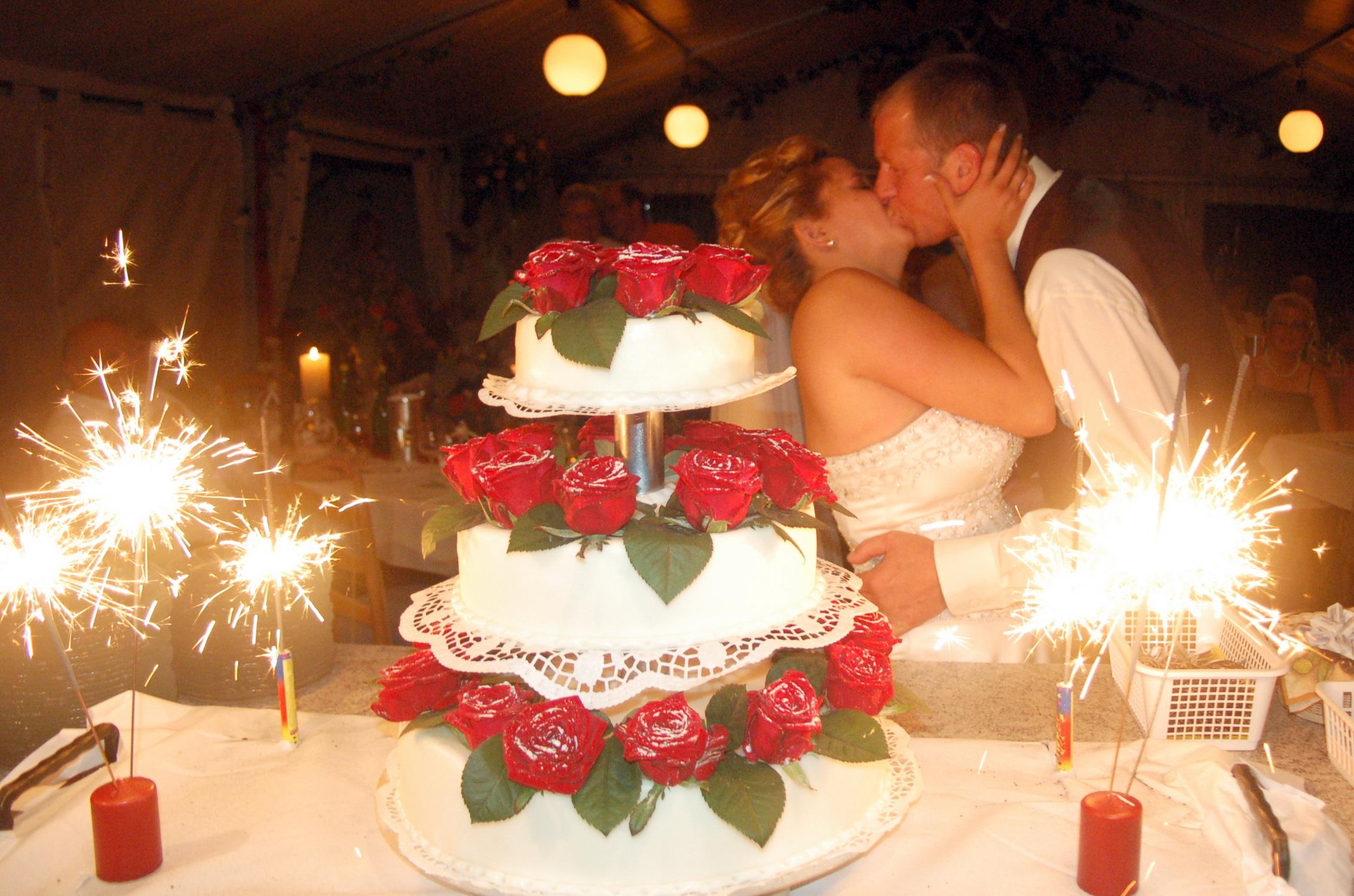 Hochzeitstorte mit Wunderkerzen