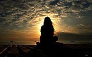 mujer_meditando_deespaldas_puesta-sol.jp