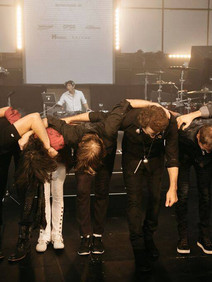 Band Foreigner bowing after performace at Totally event
