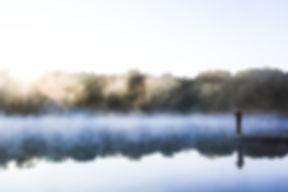 L'homme sur un quai au lever du soleil