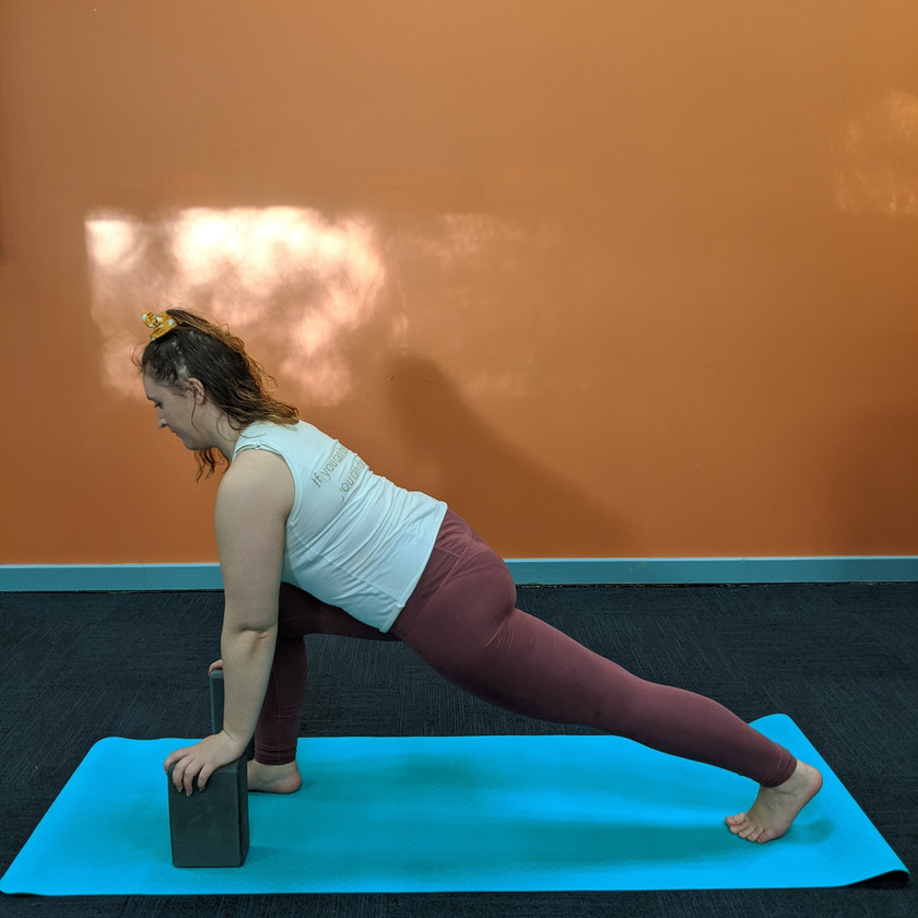 Leah doing a lunge with hands placed on two blocks