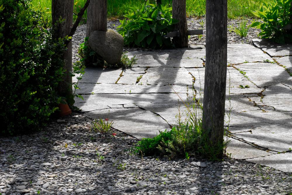 Mosaikbelag unter Robinien-Pergola