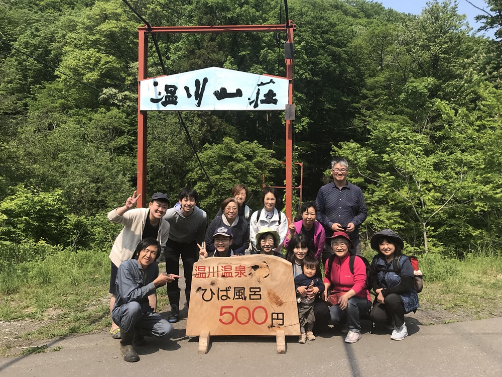 (温川山荘前の集合写真)