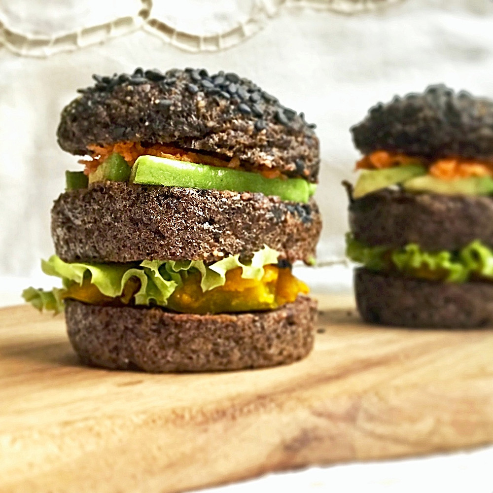 Pain burger au riz noir, millet, lentilles Beluga, sésame noir et betterave