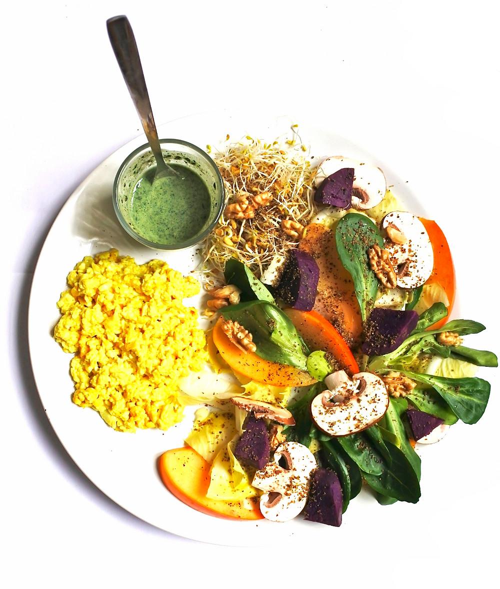 "salade d'hiver vitaminée, sauce à la spiruline, ""oeufs"" brouillés vegan"