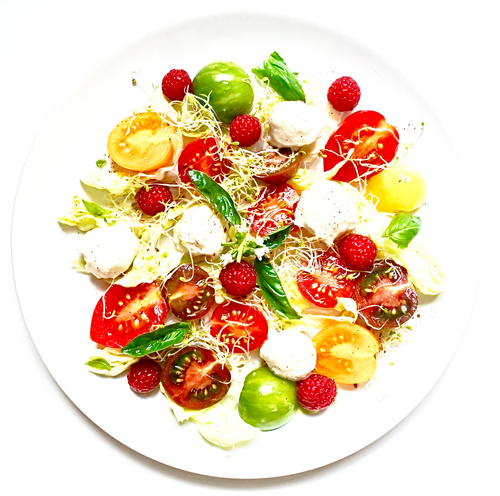 Festival de tomates, framboises et mozzarela